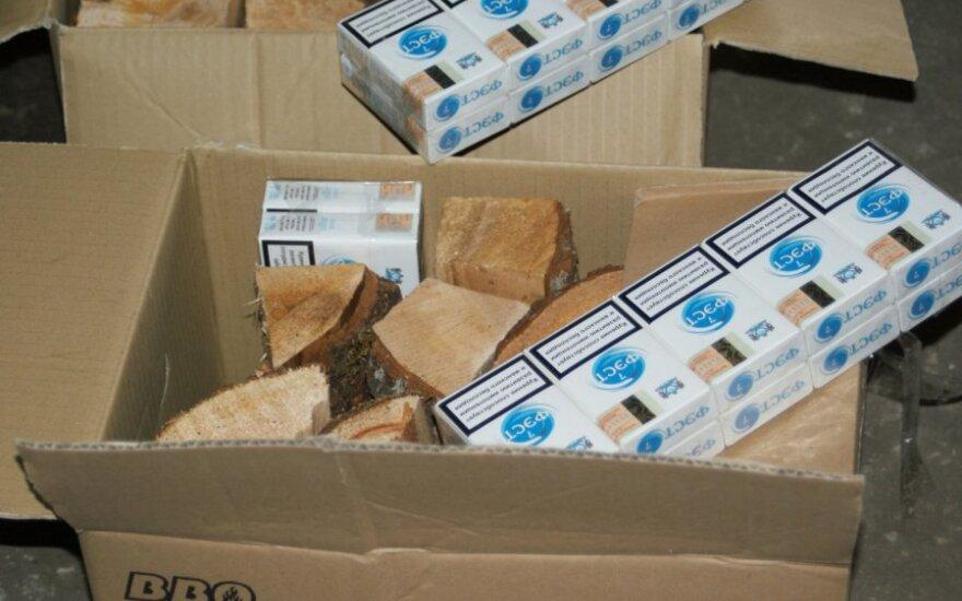 Garliavos kontrabandininkai cigaretes slėpė tarp malkų