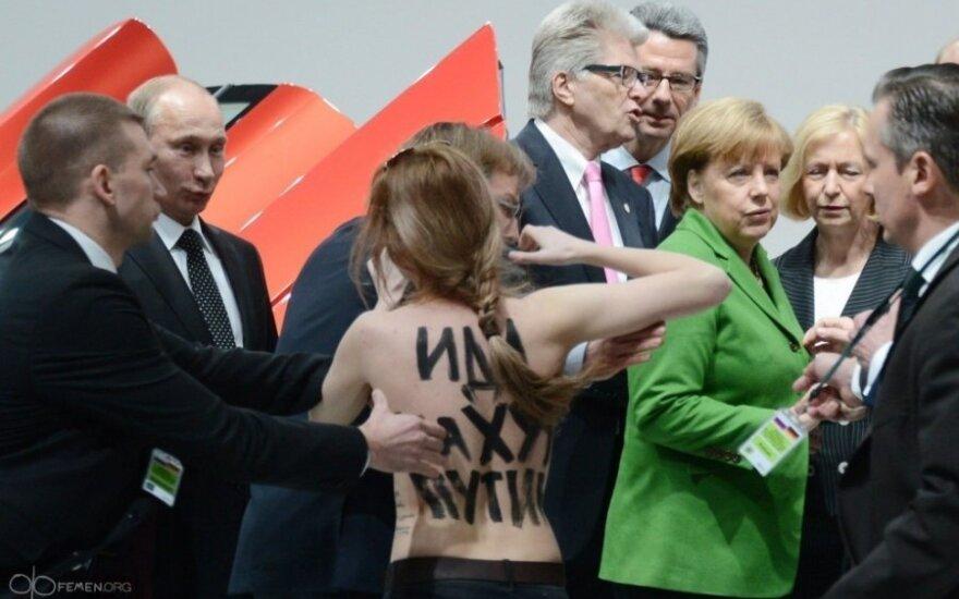 Už V.Putinui parodytas nuogas krūtines gresia 5 metai kalėjimo