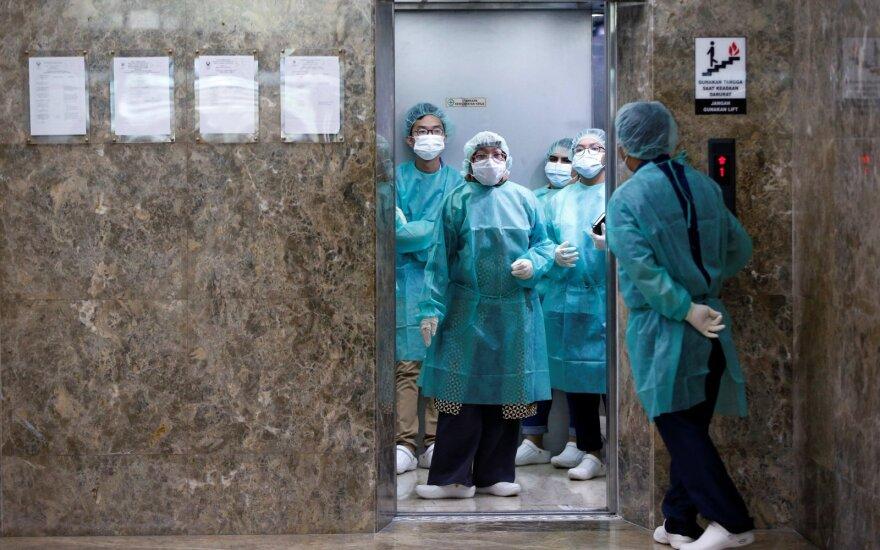 """Pirmąkart per parą užfiksuotas triženklis aukų nuo koronaviruso skaičius, perspėjama dėl """"kibirkšties dar didesniam gaisrui"""""""