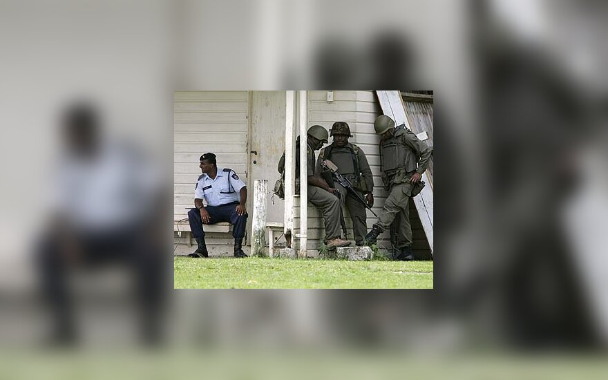 Fidžio kariškiai prie policijos nuovados