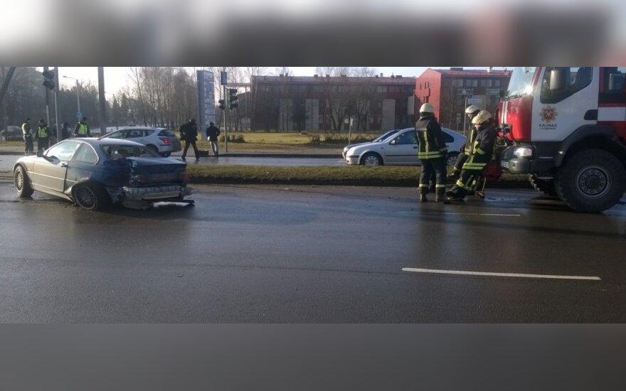 Kaune prieš pat sankryžą greitosios automobilis trenkėsi į BMW galą