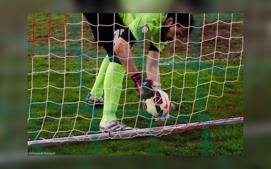 """""""Kruojos"""" vartininkas Felipe Gomesas traukia kamuolį iš tinklo (fksuduva.lt nuotr.)"""
