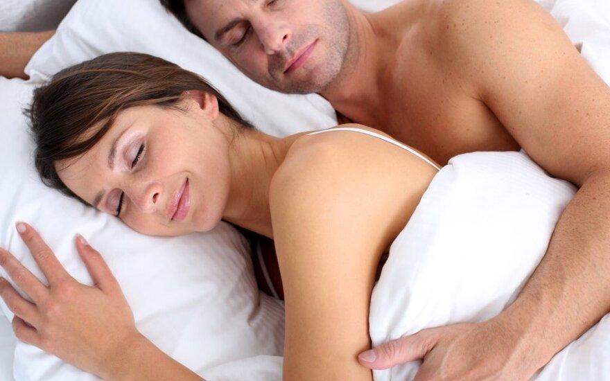Mokslininkai atsakė į seną klausimą: poroms sveikiau miegoti kartu ar atskirai?