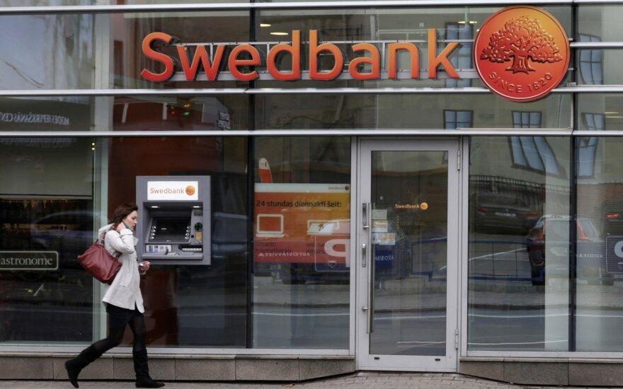 """Po kratų Stokholmo būstinėje """"Swedbank"""" akcijų kaina smigo žemyn"""