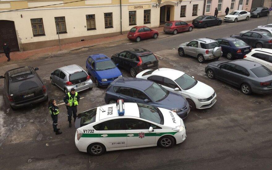 Užupyje policijos patruliai apdaužė stovinčius automobilius