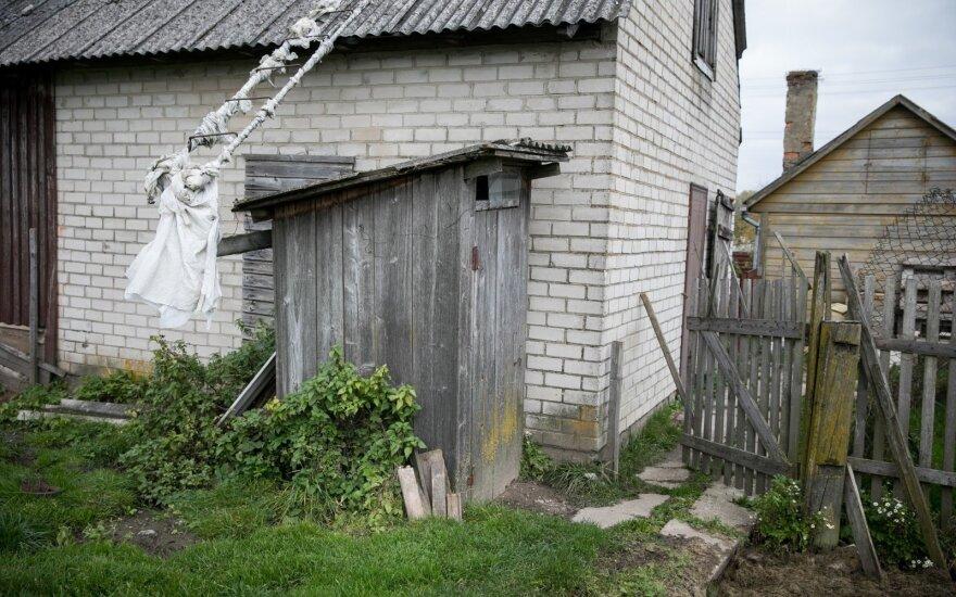 Tūkstančiai dar neatsisakė lauko tualetų: savivaldybės perspėja apie milijonines baudas Lietuvai