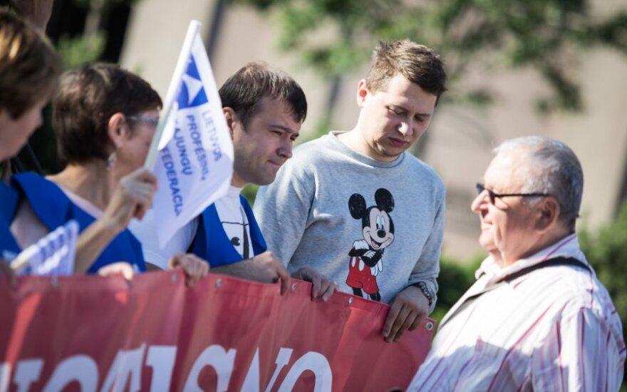 Po Seimo langais - piketas prieš valdančiųjų reformas