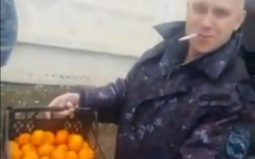Penki automatais ginkluoti OMON pareigūnai važiavo 130 km, kad pasiimtų pusę dėžės mandarinų