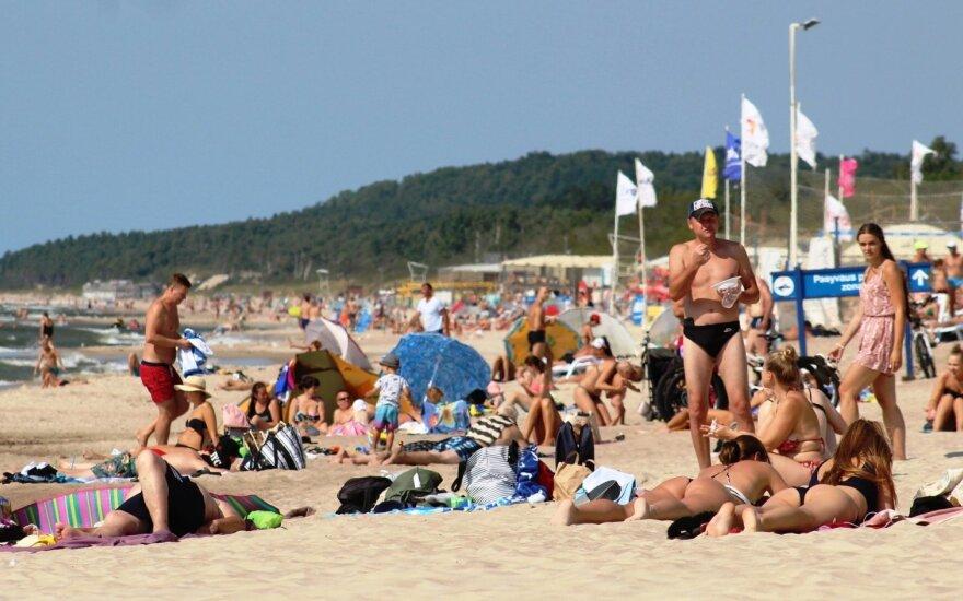 Raudona vėliava – ne kliūtis: paplūdimiai pilni, užterštame vandenyje besimaudančiųjų netrūksta
