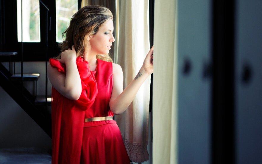 Meilė iš pirmo žvilgsnio: atsiliepk, gražuole, raudona suknele