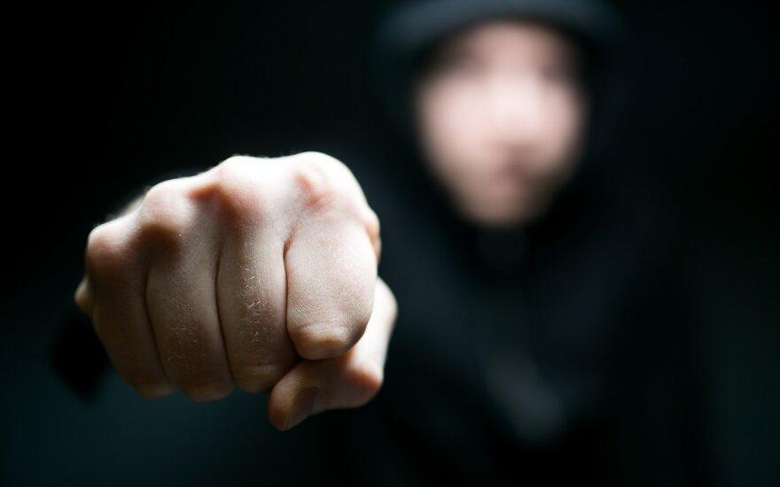 Sūnėno smurtas prieš garbaus amžiaus tetą: daužė kumščiais bei diržu ir nuskuto plikai