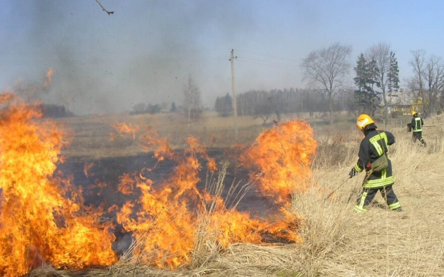 Pavasarį ugniagesiai turi daug vargo dėl deginamos žolės