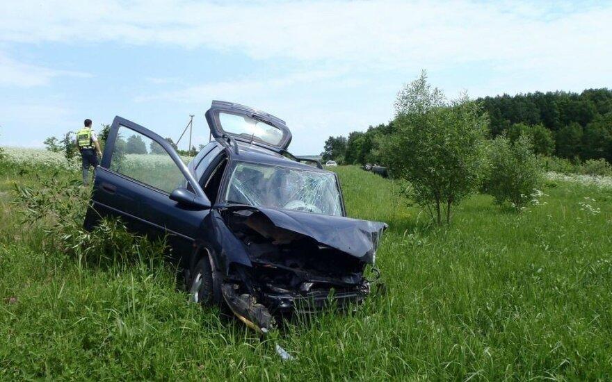 Kupiškio rajone prie vairo užmigęs vairuotojas sukėlė avariją ir sužalojo žmogų