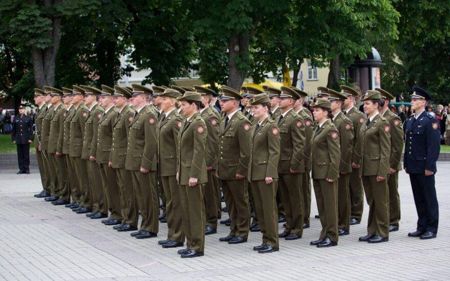 Pristatytas siūlymas pratęsti karininkų tarnybos laiką