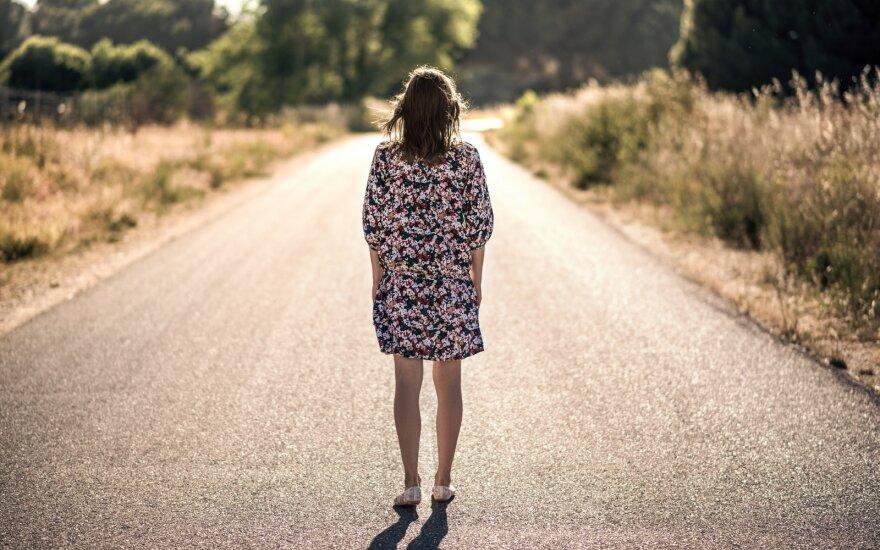 Moteris kelyje