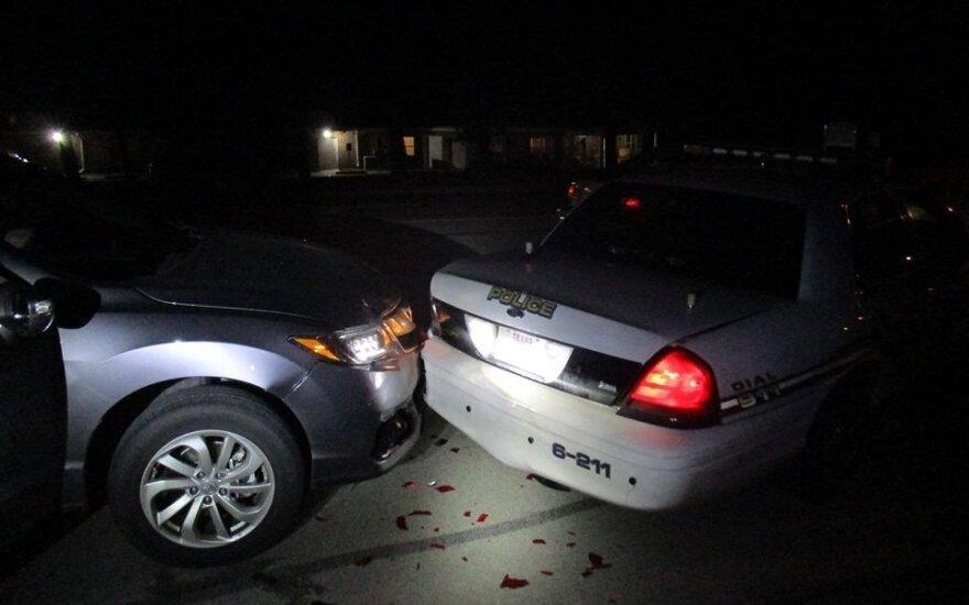 Vairuotoja, girta fotografuodama savo grožybes, įsirėžė į policijos automobilį