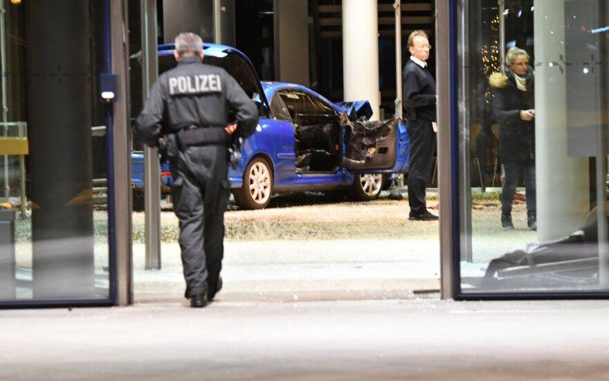 Berlyne į SDP partijos būstinę įsirėžė automobilis