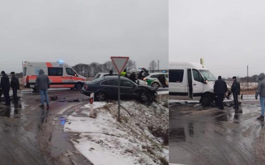 """Vilniaus r. susidūrė mikroautobusas ir """"VW Passat"""": skubios medikų pagalbos prireikė 5 žmonėms"""