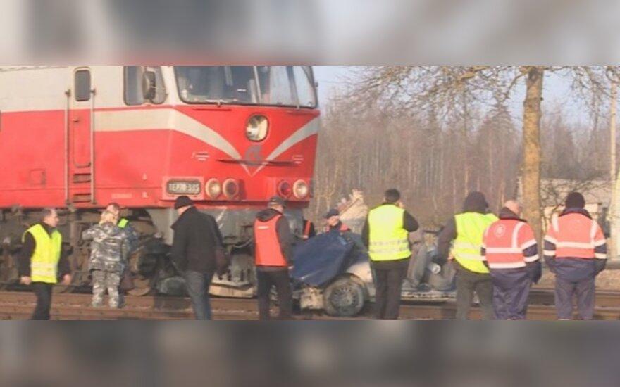 Tragiškas vaizdas Baisogaloje: automobilis sulindo po traukiniu