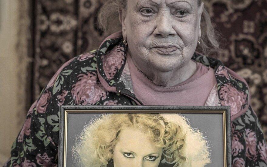 Sira su savo jaunystės nuotrauka