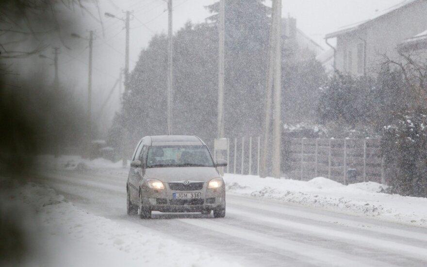 Lietuvoje sninga, keliuose yra slidžių ruožų
