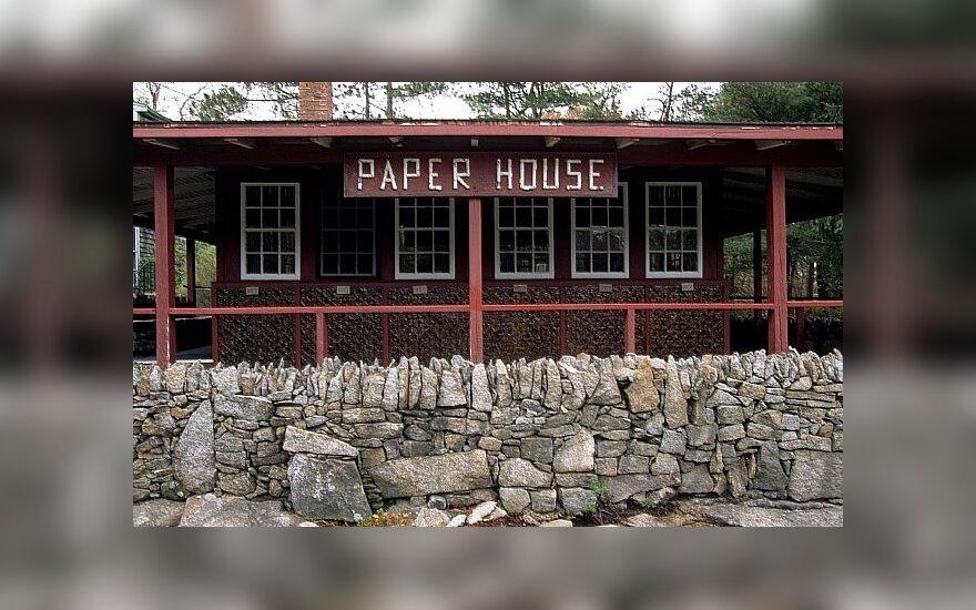 80-metis pasistatė namą iš laikraščių