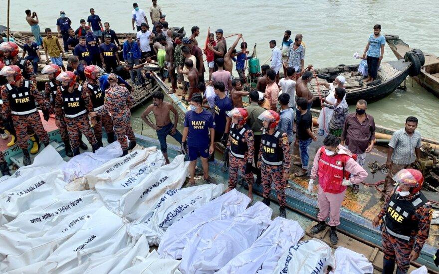 Bangladeše apvirtus keltui žuvo mažiausiai 28 žmonės