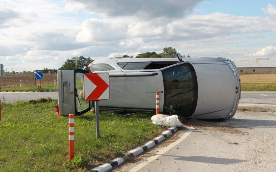 "Per avariją ""Peugeot"" apvirto ant šono"