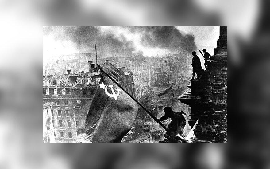 Sovietų kareiviai ant Reichstago griuvėsių
