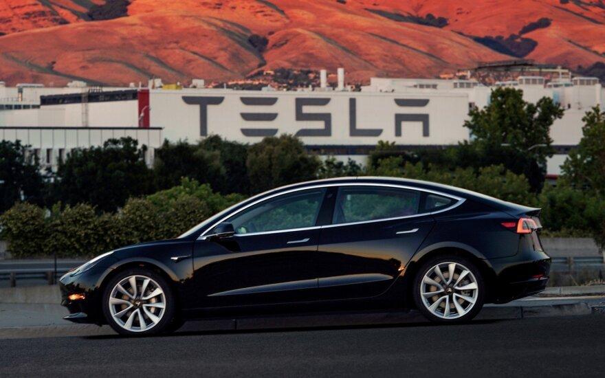 """Kol kas """"Tesla"""" susiduria su nemenkais """"Model 3"""" gamybos iššūkiais"""