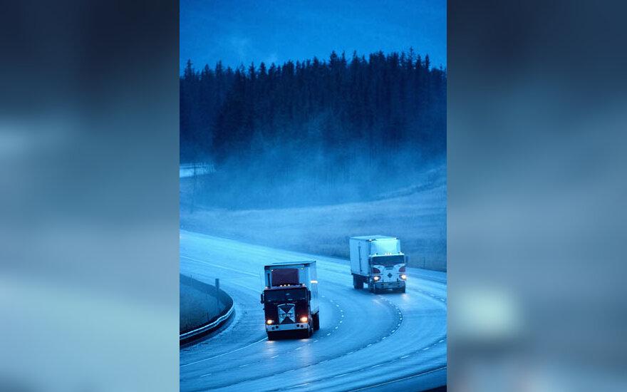 kelias, važiuoti, kelionė, prietema, krovininiai automobiliai, vilkikai