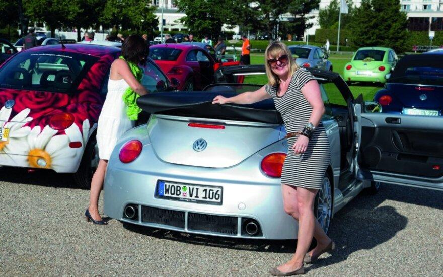 Moteris prie automobilio