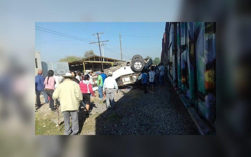 Meksikoje traukiniui įsirėžus į autobusą žuvo aštuoni žmonės