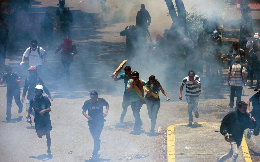 Išpuolį prieš Venesuelos vyriausybės pastatus surengęs sraigtasparnio pilotas pasirodė opozicijos demonstracijoje