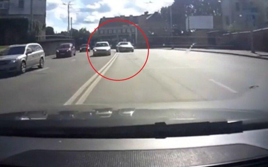 BMW vairuotojas miesto gatvę pavertė lenktynių trasa: šoko prieš kitą mašiną per dvigubą ištisinę