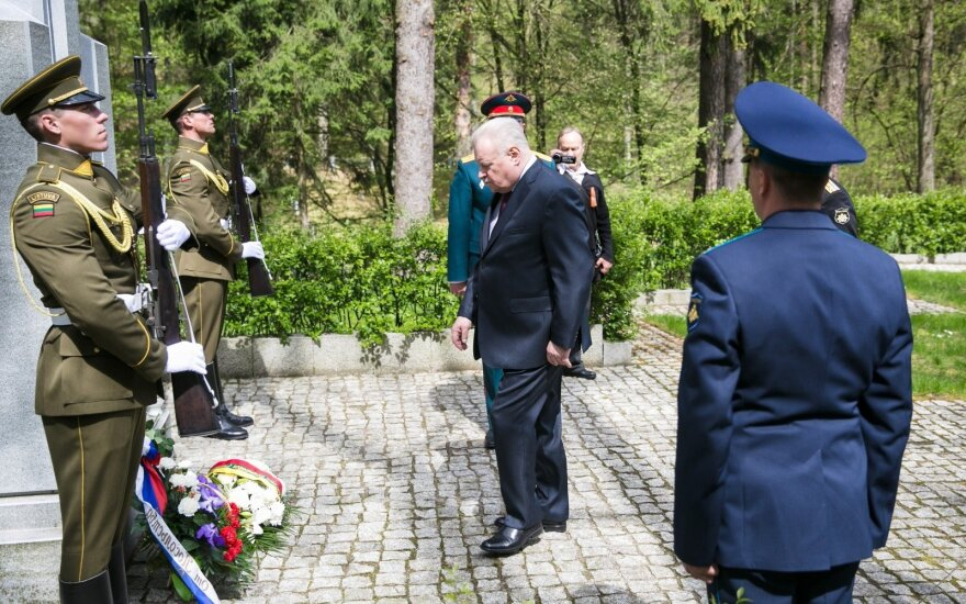 Russia's Ambassador A. Udaltsov at the monument to the Lithuanian freedom fighters