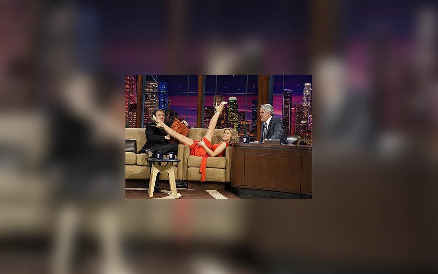 """Carmen Electra NBC televizijos šou """"The Tonight Show with Jay Leno"""" demonstruoja savo puikią fizinę formą"""
