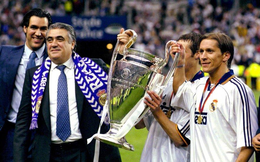 Lorenzo Sanzas ir jo žentas Michelis Salgado laiko UEFA Čempionų lygos trofėjų
