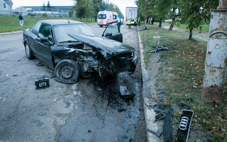 Neblaivus vairuotojas prie taboro du automobilius pavertė metalo laužu ir sužalojo savo žmoną bei dukrą