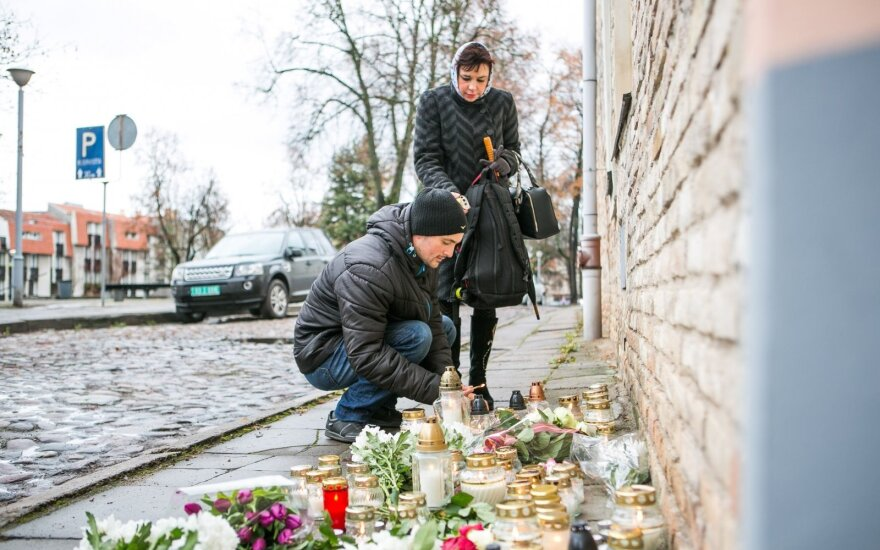 Lithuanians express solidarity with Paris attacks victims