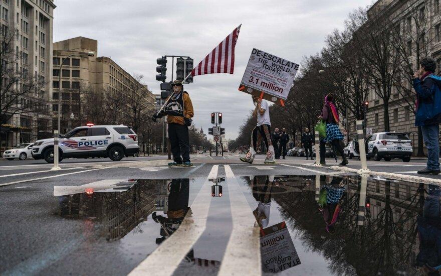 Trumpo žinutė net prezidento administracijos pareigūnus užklupo nepasirengusius, Pentagonas atsiriboja