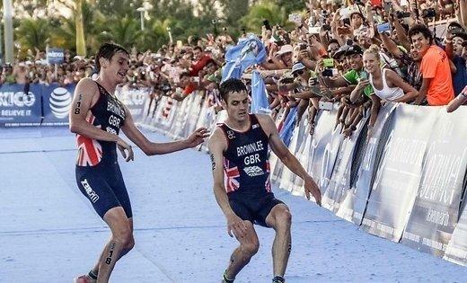 Британский триатлонист дотащил своего брата дофиниша