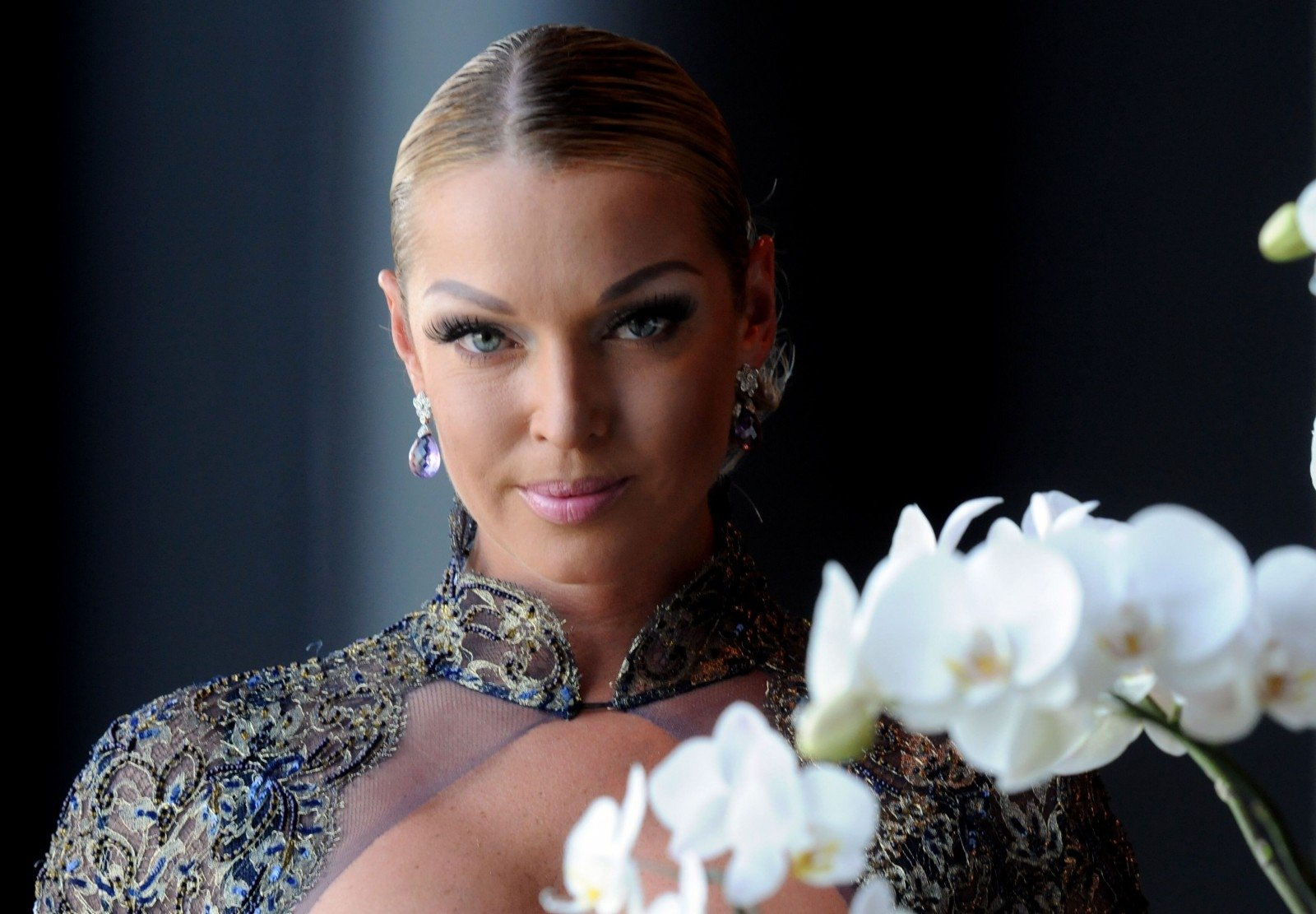 Anastasia Volochkova rolled down from the marble staircase on the string 05.01.2018 3