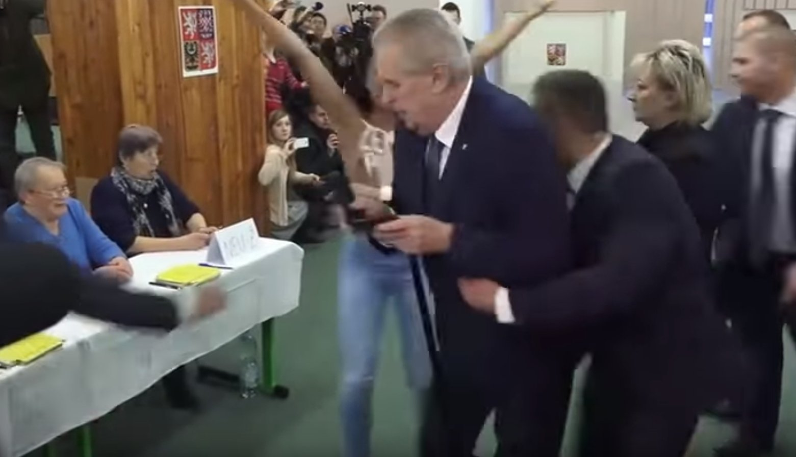 Земан победил впервом туре выборов президента Чехии