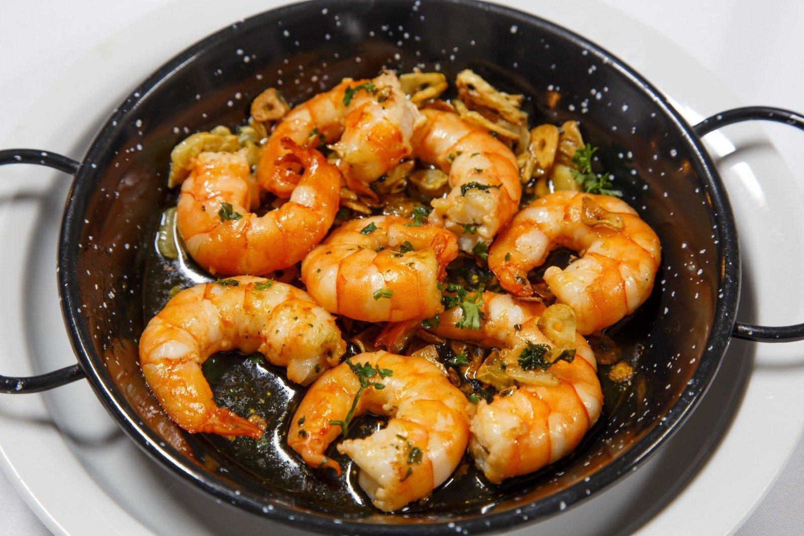 Креветки жареные в панцире с чесноком и соевым соусом рецепт