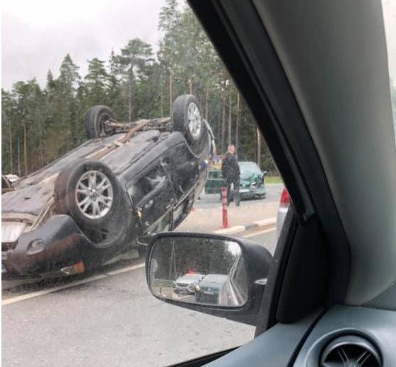 """Didelė avarija prie Palangos: sudaužyti automobiliai, apvirtusio """"Volvo"""" keleivė reanimacijoje"""