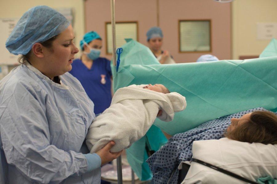 Gimdžiusios moterys atvirai prabilo apie gimdymo pasekmes, prilyginamas Alzheimeriui