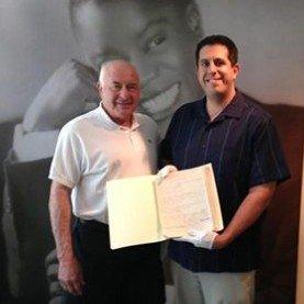 Džeikobas Karno Luiso Armstrongo name muziejuje su jo kolekcijos tyrimų direktoriumi Riki Rikardi, kurio rankose – Luiso Armstrongo rašyti prisiminimai apie Karnovskių šeimą.