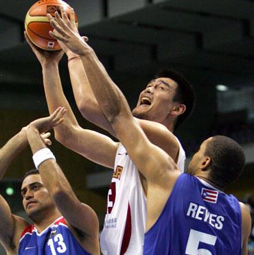 Yao Mingas įstrigo Puerto Riko krepšininkų gynyboje