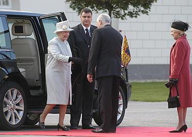 Valdas Adamkus sutinka Elžbietą II